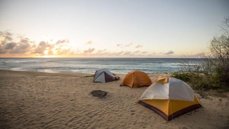 砂浜はペグが抜けやすい! 海キャンプで便利なペグと、テントを固定する方法!